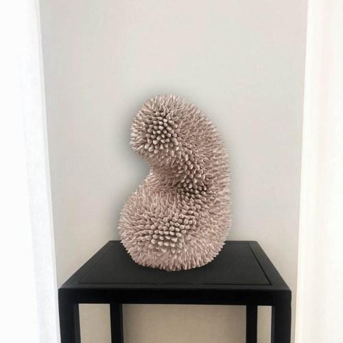Escultura modelada a mano del artista Andrés Anza sobre base de hierro negro