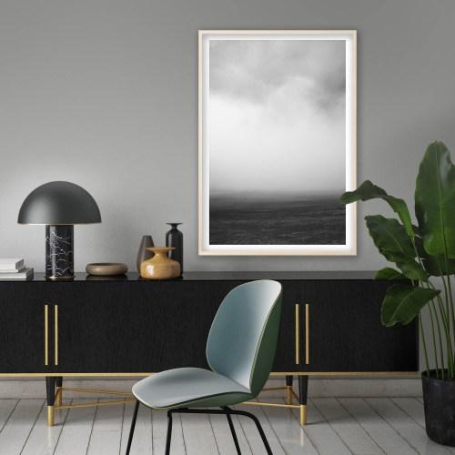 Fotografía digital de la artista Andrea Martinez colgada en escritorio sobre pared gris claro