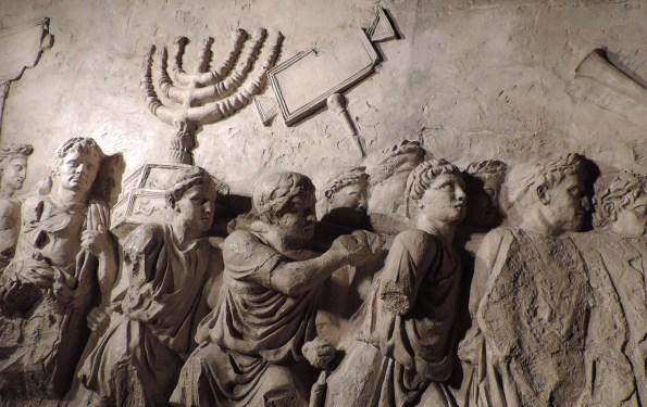 Musée de la Diaspora- Tel Aviv, photo DL, copie de l'Arc de Titus à Rome. On  voit les esclaves juifs et des soldats brandissant les objets sacrés du Temple:  la Ménorah (chandelier à 7 branches), la table des pains de proposition… Ils défilent au cours du triomphe  de Titus à Rome suite à sa prise de Jérusalem en l'an 70 de notre ère et au massacre de 500 000 juifs.