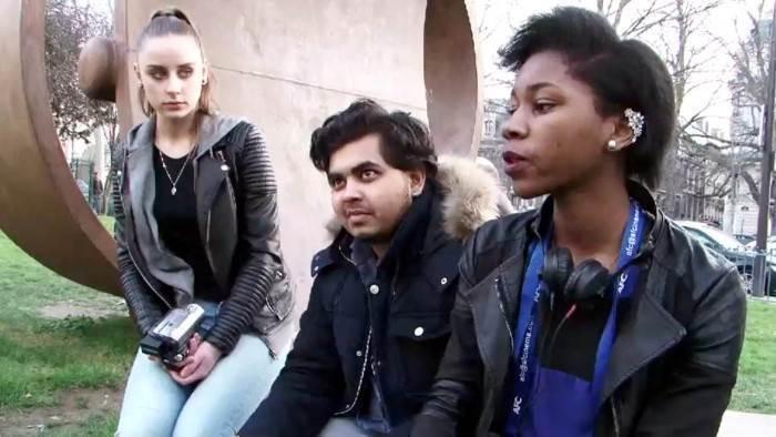 Kenza, Arafat et Chloé font le débriefing de leur micro-trottoir