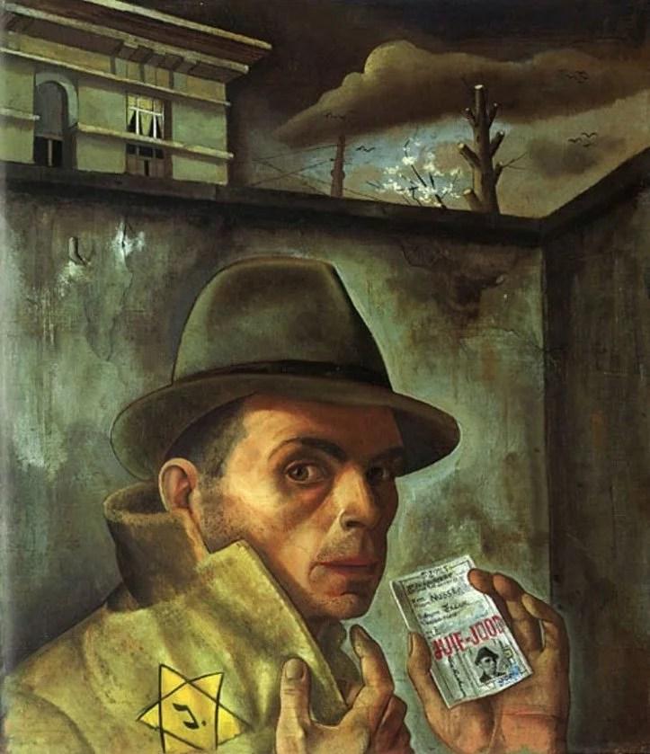 Un homme portant un chapeau et un manteau avec une étoile jaune montre son passeport