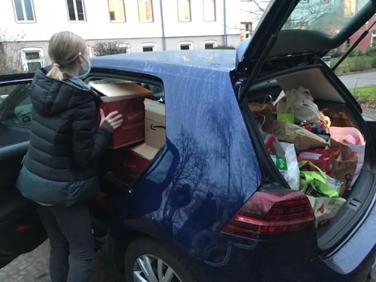 Ein Auto wird voll bepackt mit Spenden für Insassen der JVA Tegel.
