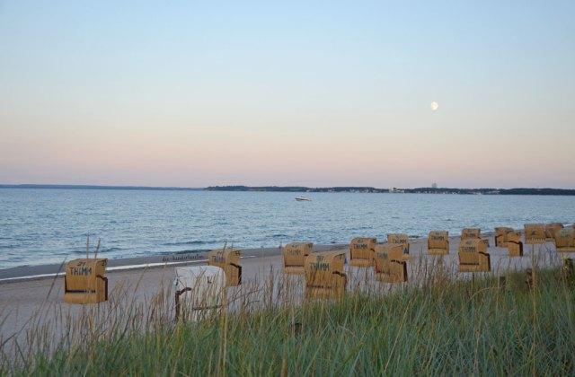 Ostsee Meermomente Strandkörbe am Strand Abenddämmerung im Mondschein die-kinderherztin ostseemomente