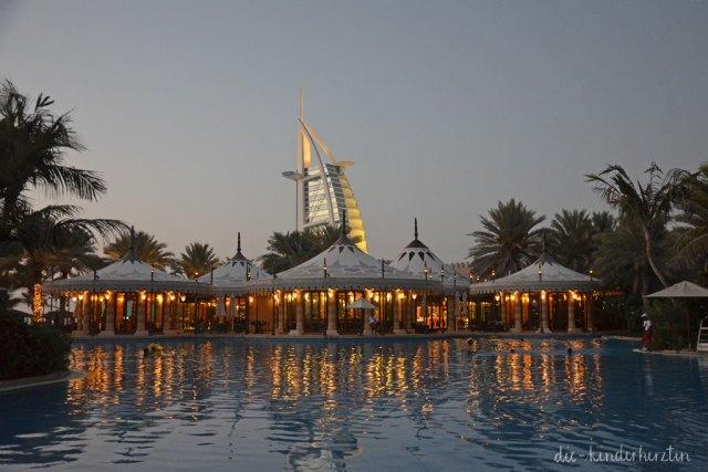 Dubai Dar al Masyaf Unterkunft Pool und Burj al Arab am Abend