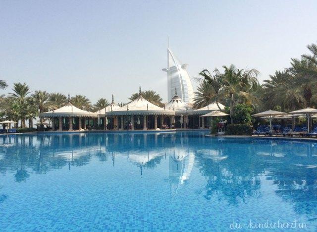 Dubai Dar al Masyaf Pool im Hintergrund Burj al Arab