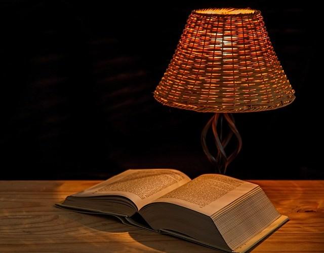 Lampe und Buch
