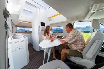In der Fahrzeugmitte lässt sich durch das Drehen der vorderen Pilotensitze im Nu eine Sitzecke errichten. © VWN