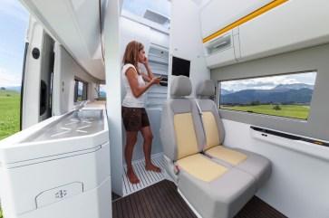 Der Waschraum mit Dusche und Toilette lässt sich zur Fahrzeugmitte hin vergrößern. © VWN