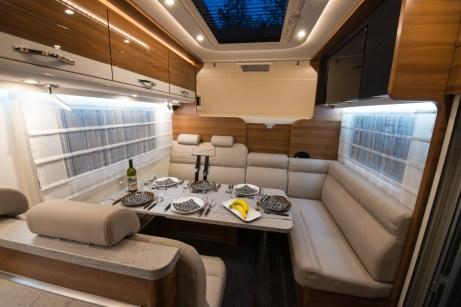 Platz für Sechs: Im großen Dethleffs Globetrotter können mehr Camper dinieren als auf der Fahrt dabeisein können. © Dethleffs