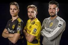 Blitz-Merker: Die Dortmunder Fußballspieler Julian Weigl, Marcel Schmelzer und Roman Bürki (v.l.n.r.) zeigen die neuen Trikots mit dem Opel-Logo. © Opel