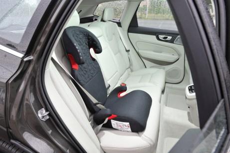 Das Gurtkissen mit Rückenlehne für Kinder von 4 bis 10 Jahren (15-35 Kilo) mit Ruhe- und Schlafeinstellung ist 5-fach höhenverstellbar und lässt sich so an die Körpergröße des Kindes anpassen. © Volvo