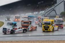 Ritt auf der Rasierklinge: Bei mieser Wetterlage und nasser Strecke haben es die Truckrace-Piloten nicht leicht, die Balance zu halten. © Truckrace