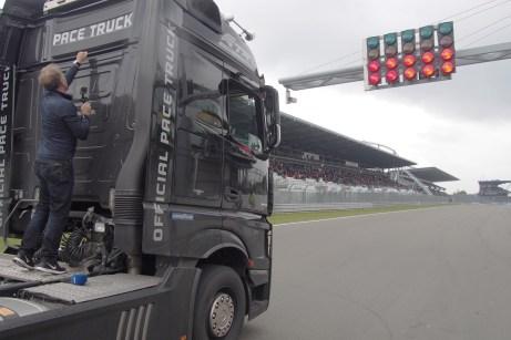 Der Pace-Truck fährt Goodyear-Pneus, aber keine Rennreifen: Die schnellen Einführungsrunden lassen die Schultern des linken Vorderreifens schnell verschleißen. © Truckrace