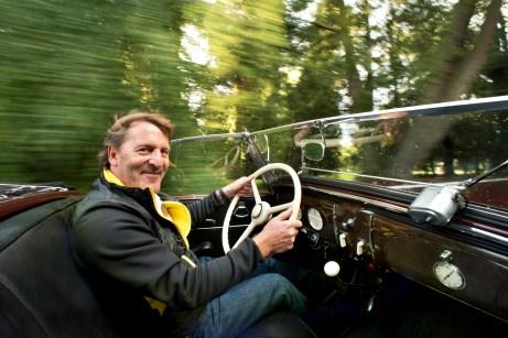 Gute Laune: Jockel Winkelhock lässt es mit dem alten Opel betont ruhig angehen. © Opel