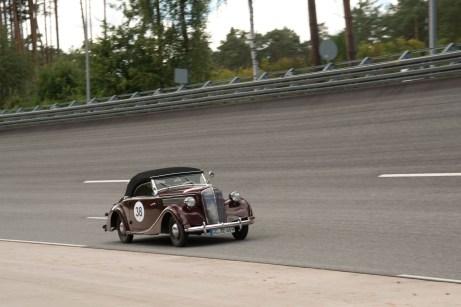 Oldie auf dem Hochgeschwindigkeitskurs: der Opel Super 6 im Oval des Testcenter Dudenhofen. © Opel