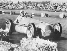Die ersten beiden Formel-1-Weltmeisterschaften der Geschichte gewannen die Alfa Romeo Werksfahrer Nino Farina (1950) und Juan Manuel Fangio (1951).