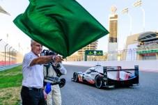 WEC-Lauf in Bahrain: Volkswagen-Vorstandsvorsitzender Matthias Müller gibt das Startsignal. Foto: Auto-Medienportal.Net/Porsche