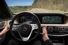 Vorübergehend kann der Fahrer die Hände vom Lenkrad nehmen und die S-Klasse lenkt selbstständig. Technisch könnte sie das sogar öfter als sie es in der Praxis tut. © Daimler