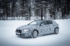 """Gut getarnt: Die neue Mercedes A-Klasse meistert einen modernen """"Elchtest"""" am Polarkreis. © Daimler"""