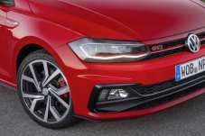 Charakteristisch sind die roten Ziernähte im Innenraum, die rote Linie im Grill, die sich bis in die Scheinwerfer hineinzieht, rote Bremssättel hinter GTI-Felgen und das klassische Wabengitter in den Ansaugöffnungen.