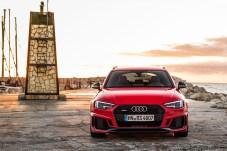 Die vergrößerten Lufteinlässe und der flachere, breitere Singleframe-Grill sind typisch für den RS 4 Avant. © Audi