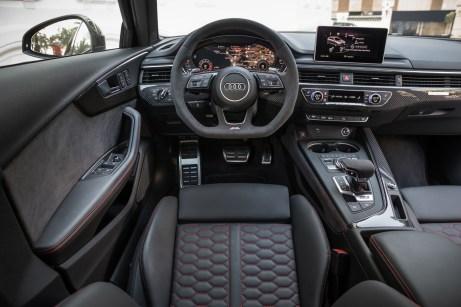 Das Digital-Cockpit und der zentral platzierte Bildschirm lassen sich gut ablesen. © Audi