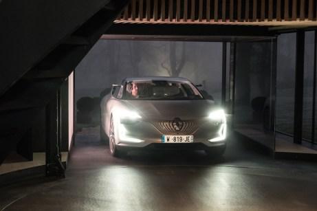 Bei einer Länge von 4,92 Metern und einer Breite von 1,92 Metern verfügt der Demo-Viertürer über die Maße einer gehobenen Limousine.