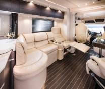 Zur Ausstattung zählen Pullmann-Sessel für Fahrer und Beifahrer, bis zur Liegeposition verstellbare Loungesitze.