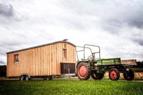 Es gibt immer mehr Anbieter solcher Mini-Behausungen, wie etwa Wolfgang Huchler mit seinen Flex-Homes.