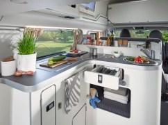 Innen wird das bewährte Zweiraumkonzept bei der neuen Version grundsätzlich beibehalten und bietet unter anderem einen Küchenblock mit Spüle und zweiflammigem Gaskocher.