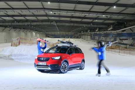 Mit dem Winterzubehör ist der Crossland X der ideale Partner für den Winterurlaub. Foto: Opel