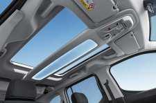 Durch 6,4 Quadratmeter Glas dringt Licht in den Innenraum des neuen Citroën Berlingo. Mit einem großen Panoramadach lässt er sich weiter verglasen. Copyright William Crozes @ Continental Productions