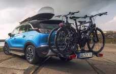 Der Opel Crossland X mit Dachbox und einem Thule-Plattformträger für Fahrräder. Foto: Opel