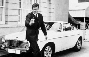 Schauspieler Roger Moore als Simon Templar in der gleichnamigen Serie mit dem Volvo P 1800 S.