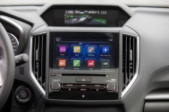 Zentrales Bedienelement ist der bis zu acht Zoll große Touchscreen des Infotainmentsystems oben in der Mittelkonsole. Er steuert nicht nur das Audiosystem, sondern auch das den Topausstattungen vorbehaltene Navigationssystem und liefert zudem das Bild der Rückfahrkamera. Foto: Subaru