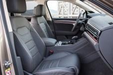 Lederausstattung und Ambiente-Beleuchtung, dazu auf Wunsch ein volldigitales Cockpit: Der Touareg wird seinem Premium-Anspruch gerecht. © Volkswagen