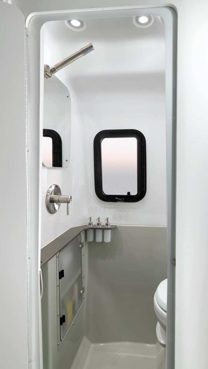 Der etwas über fünf Meter lange Nest verfügt über eine Spülwassertoilette sowie Festtanks mit rund 100 Litern Frischwasser und 120 Litern Abwasser. Foto: Auto-Medienportal.Net/Airstream