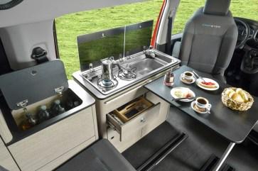 Die Küchenzeile des Spezialisten Pössl im Campster lässt sich ausbauen und außerhalb des Fahrzeugs nutzen. © Citroen