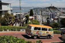 Ein altbekannter Bulli aus der Flower Power Zeit in San Francisco. Foto: Auto-Medienportal.Net/VWN/Stephan Lindloff