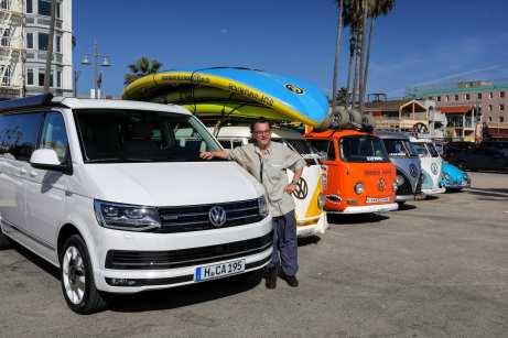 Wiedersehen mit Familienangehörigen: Der VW Campingbus California trifft seine Vorgänger. Foto: Auto-Medienportal.Net/Gerhard Prien