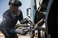 Vorsicht tiefkalt: Fürs Betanken muss der Fahrer oder Bediener Schutzkleidung tragen. © Volvo Trucks