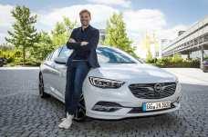 Ehrlich, nahbar, einfach Jürgen Klopp: Der Erfolgstrainer steht auf Opel – hier am Opel Insignia – und verkörpert die Markenwerte wie kein anderer. Foto: Opel