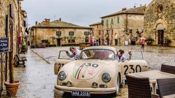 """Auf der Motorhaube und den Türen prangt """"230"""". Mit dieser Nummer startete der niederländische Rennfahrer Carel Godin de Beaufort 1957 bei der Mille Miglia. Sieben Jahre später verunglückte er auf dem Nürburgring."""