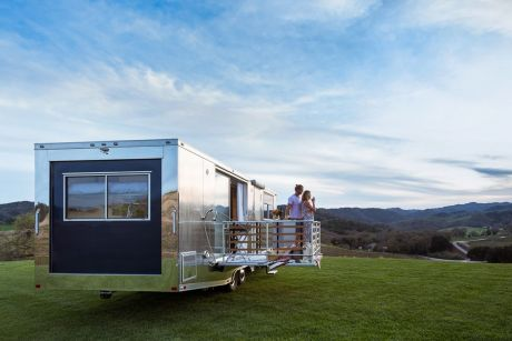 Ab rund 127 5000 Euro ist das rollende Appartment aus den USA mit seiner Alu-Außenhülle zu haben.Foto: Auto-Medienportal.Net/Living Vehicle