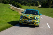 Der T-Cross trägt Technik des VW Polo, wirkt aber deutlich erwachsener - wie eine erste Probefahrt im noch getarnten Vorserienmodell zeigt. © VW