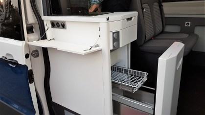Ein Kompressorkühlschrank mit Auszügen gehört ebenso zur Serienausstattung wie die Gasheizung und -herd. Foto: Auto-Medienportal.Net/Michael Kirchberger