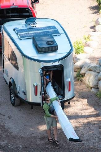 Der mittig im Heck angeordnete Einstieg für den Airstream Basecamp X soll einfaches Be- und Entladen von Sportgeräten erlauben. Foto: Auto-Medienportal.Net/Airstream