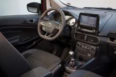 Aufgeräumtes Cockpit: Die Zahl der Schalter ist erfreulich gering. Den Mini-Knopf am Scheibenwischerhebel betätigt man oft unabsichtlich. © Ford
