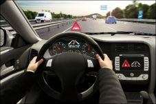 Ein entgegenkommendes Fahrzeug auf der Autobahn bedeutet höchste Lebensgefahr. Allein 2016 hat es bei deutschen Radiosendern 2.200 Durchsagen mit Warnungen vor Falschfahrern gegeben. © Bosch