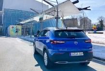 Das Heck des Opel Grandland X: Breite Spur, silberner Unterfahrschutz mit integrierten Endrohren. Foto: Klaus H. Frank
